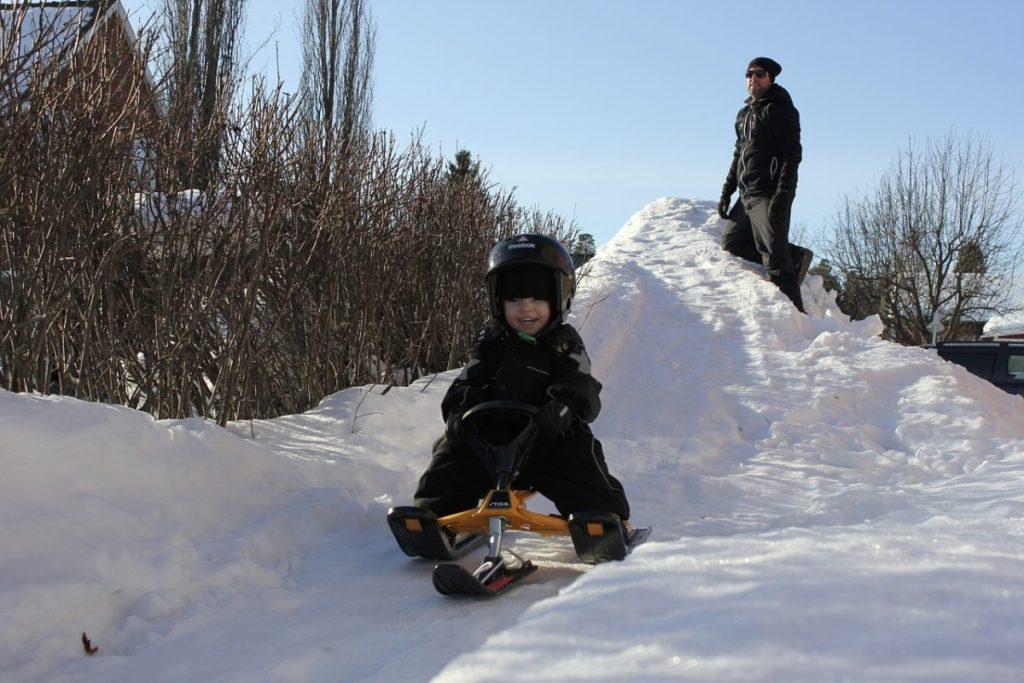 Снегокат и мальчик